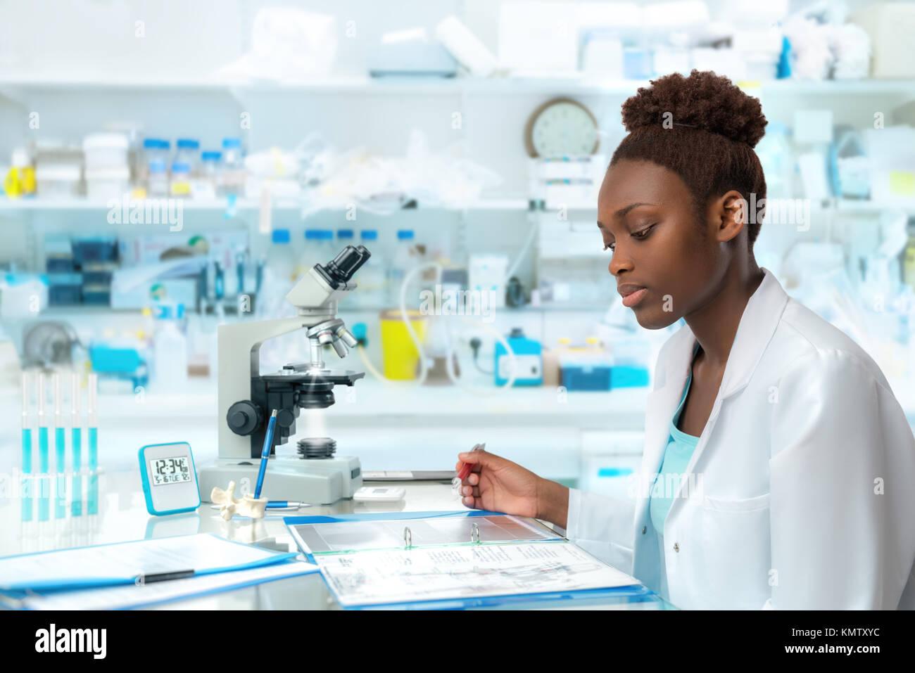 Travailleur de la santé, chercheur africain, tech ou étudiant diplômé travaille en laboratoire de biologie moderne Banque D'Images