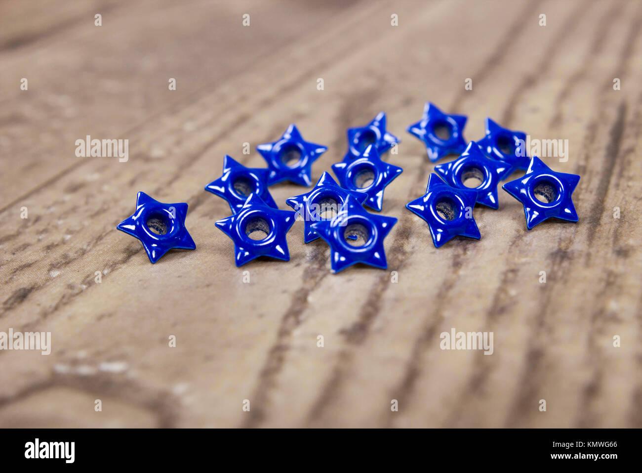Close up de texture et de détail ou de blue star pose oeillets sur wood grain-de-chaussée Photo Stock
