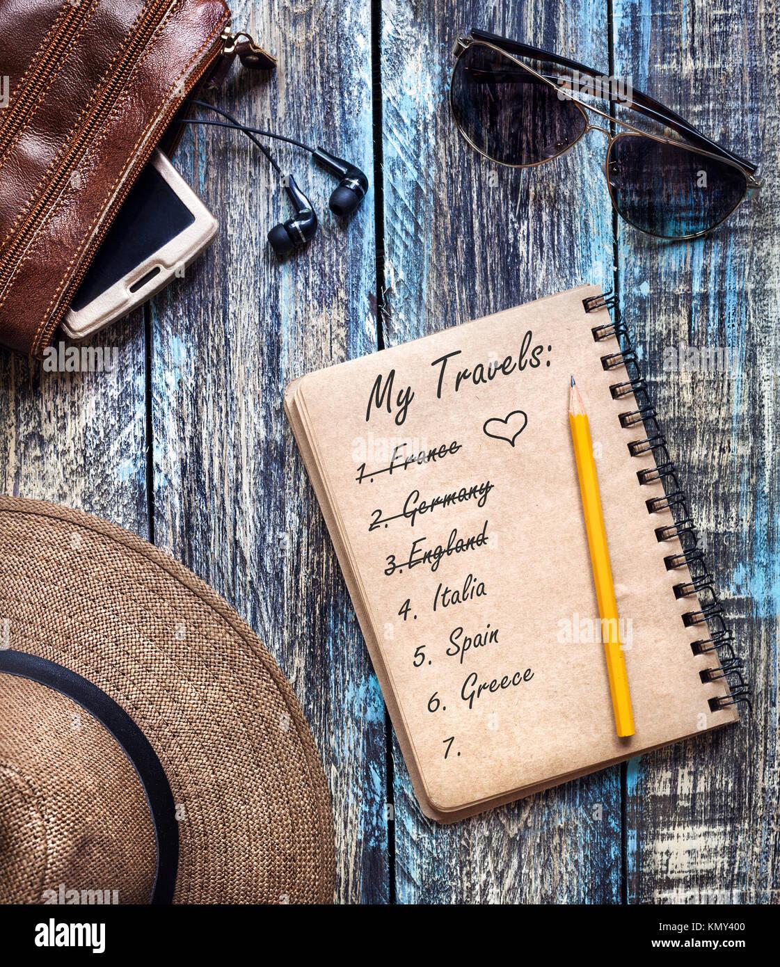 Vintage agenda papier avec Voyage de rêve liste des pays de l'Europe sur la table rustique en bois Photo Stock