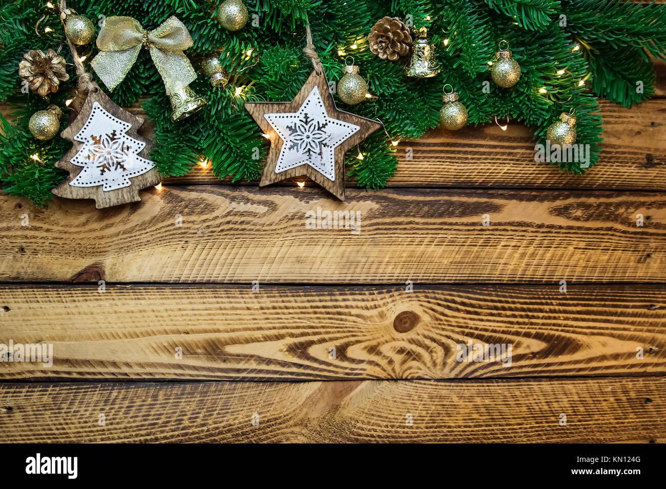 la décoration traditionnelle de noël avec des branches de sapin sur