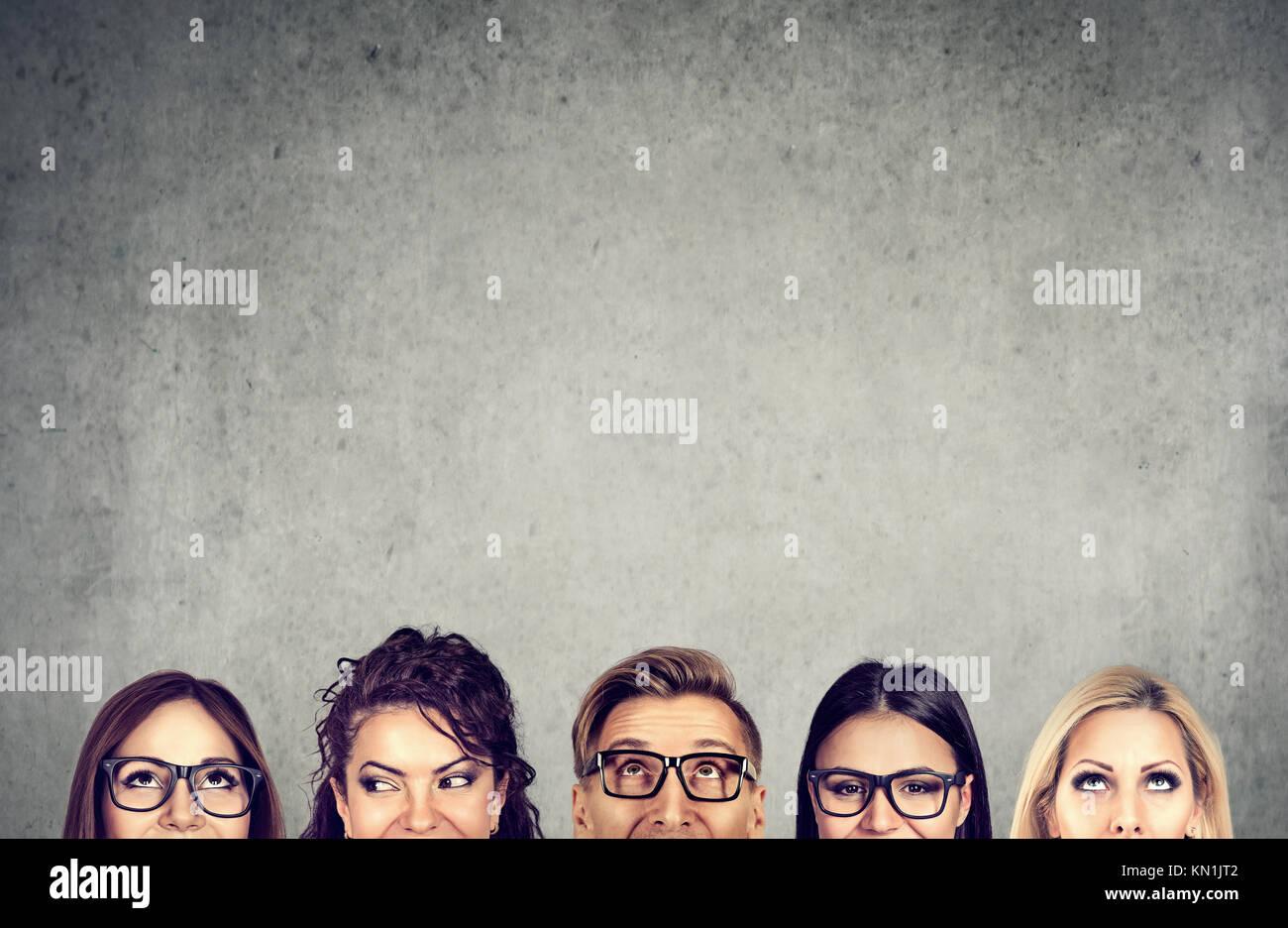 Libre des jeunes chefs près d'un mur de béton gris. Une équipe d'affaires diversifié Photo Stock