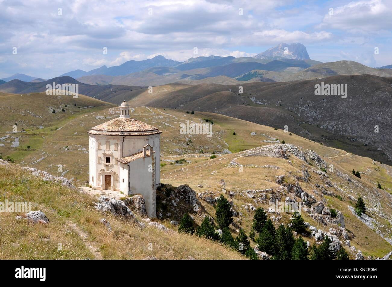 Ancienne église dans paysage de hautes montagnes des Apennins Photo Stock