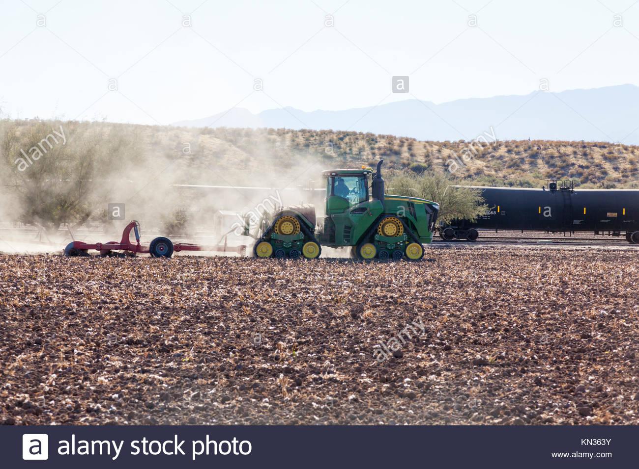 Tracteur John Deere 9620RX, 4WD, 4 voies, voie large, en tirant l'outil à la rubrique rip, Arizona USA, Photo Stock