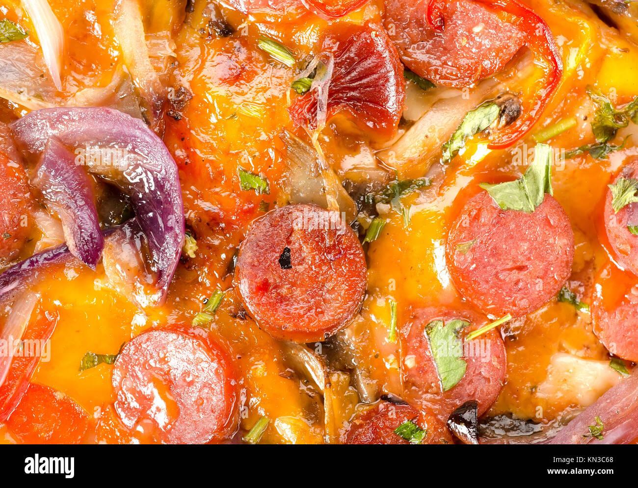 Arrière-plan de pizza italienne avec des légumes et des saucisses. Photo Stock