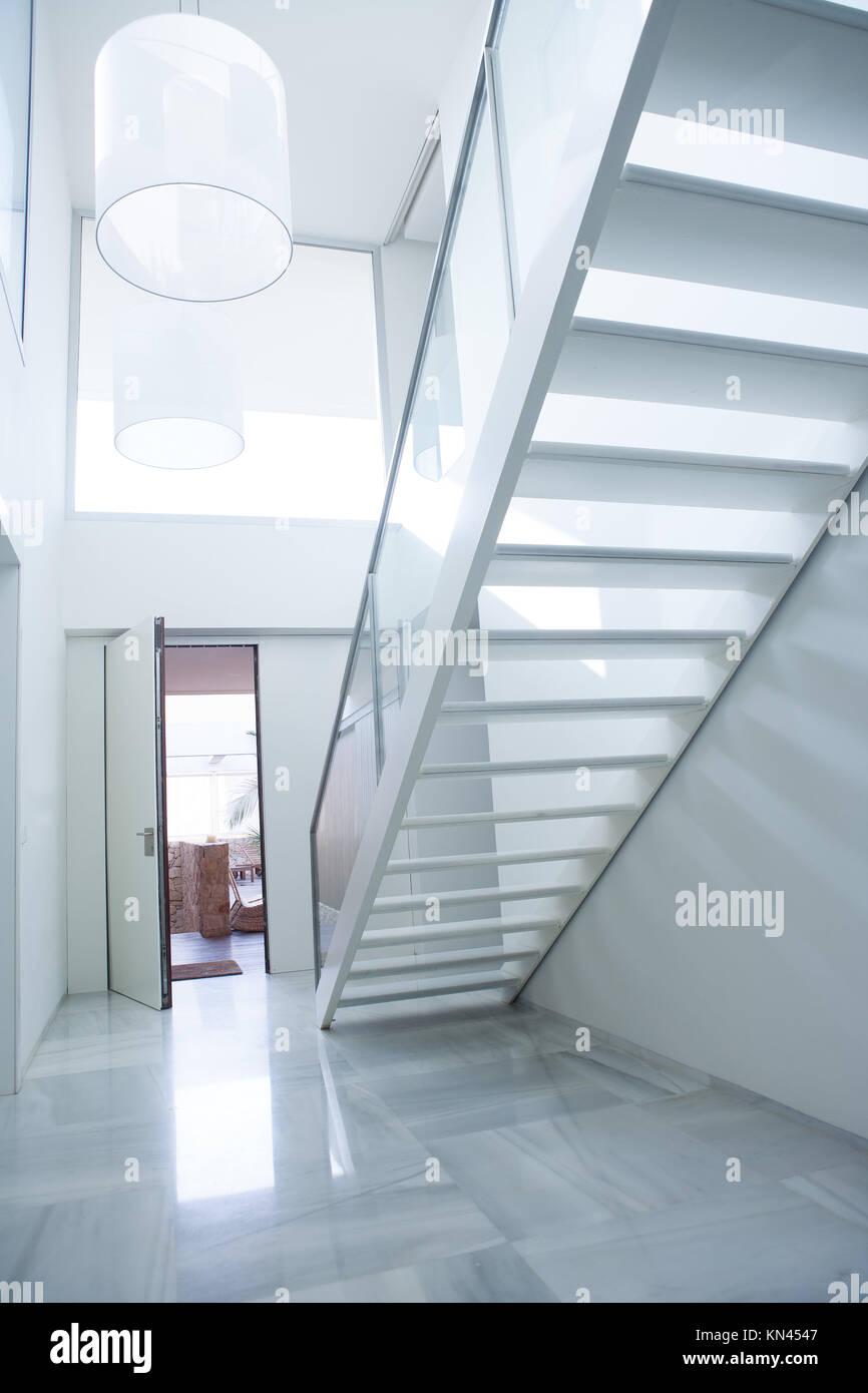 Maison blanche moderne hall d\'entrée hall d\'entrée avec ...
