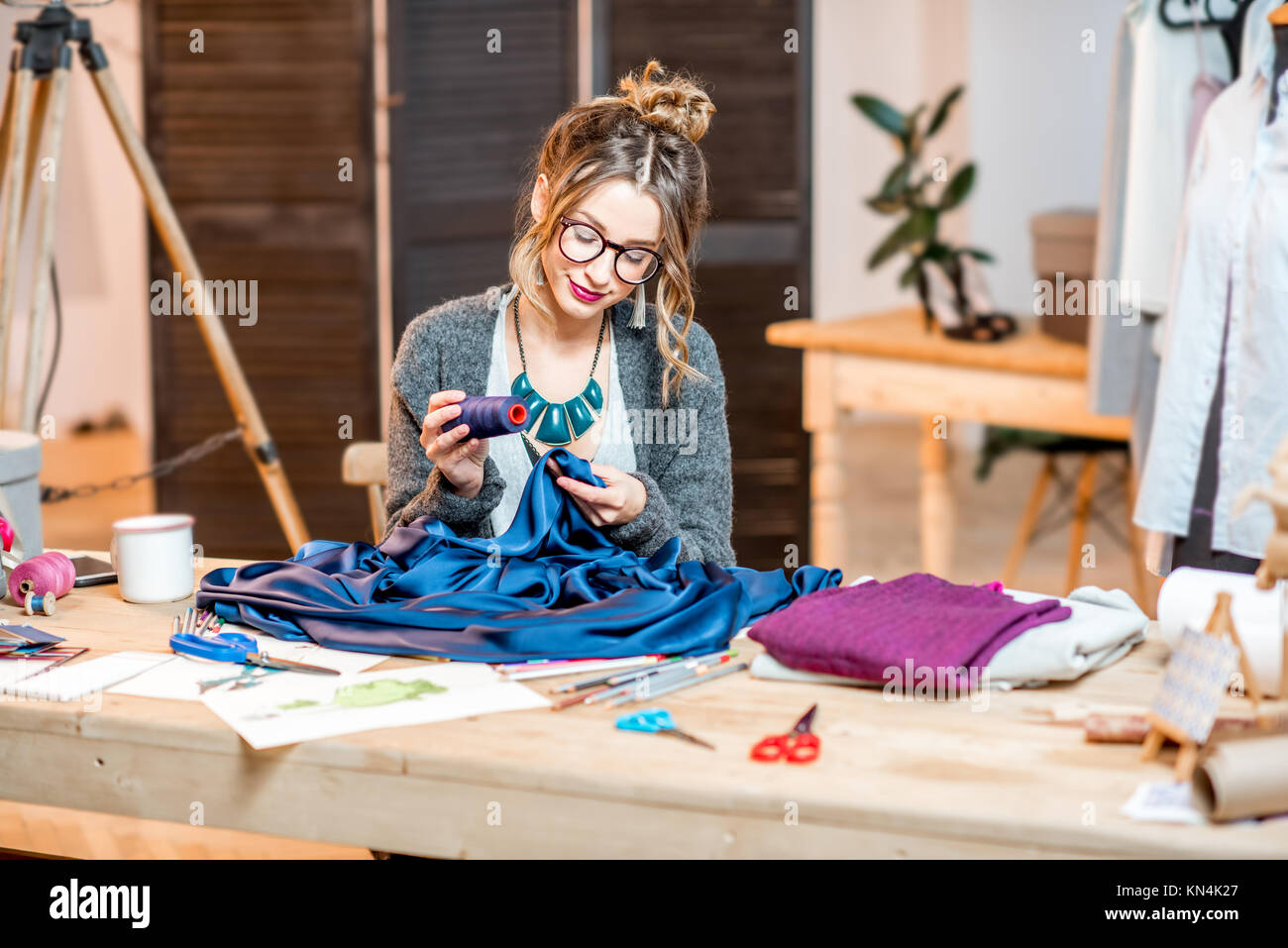 Fashion designer travaillant au bureau Photo Stock