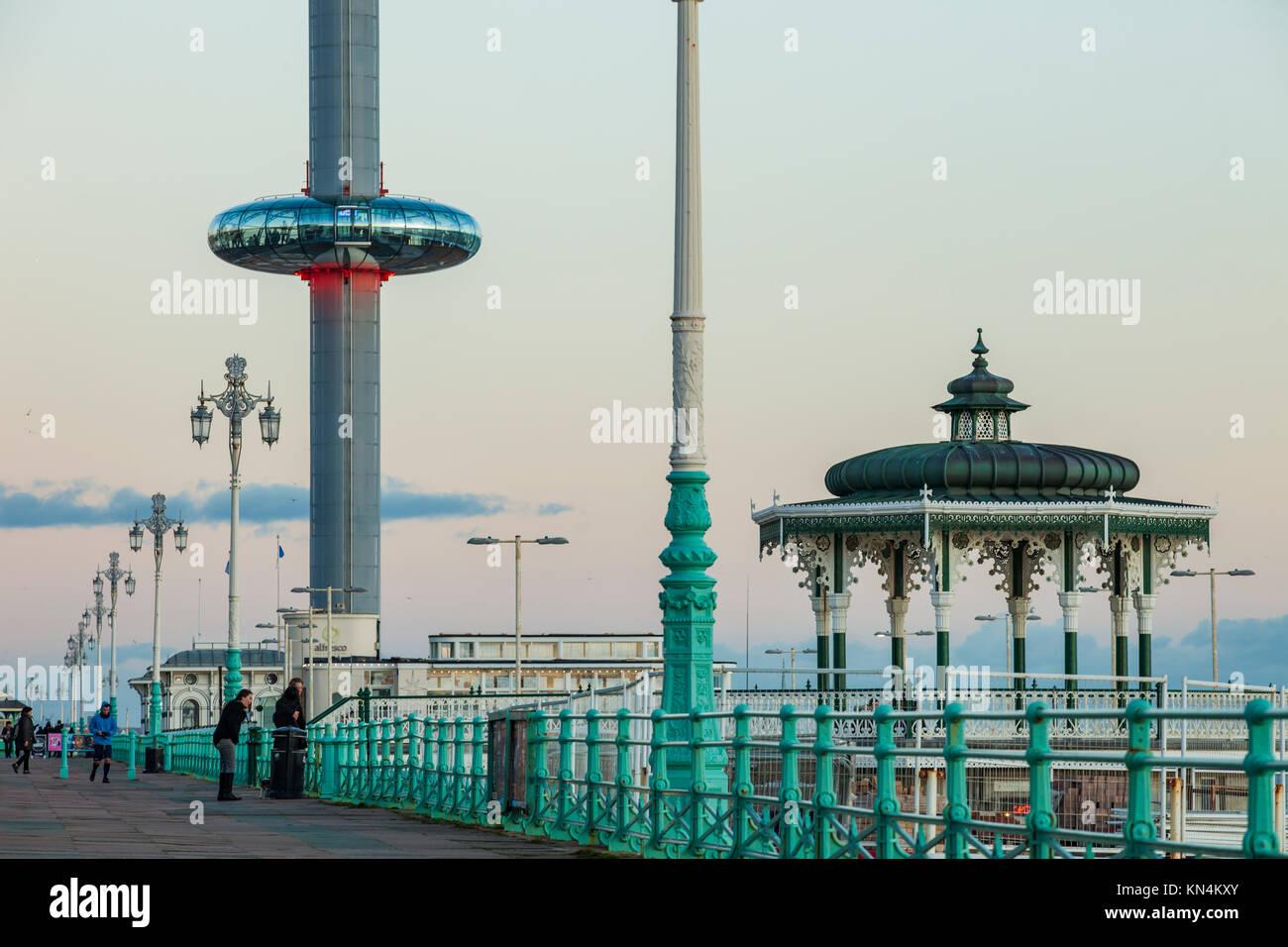 Soirée d'hiver sur le front de mer de Brighton, UK. Photo Stock