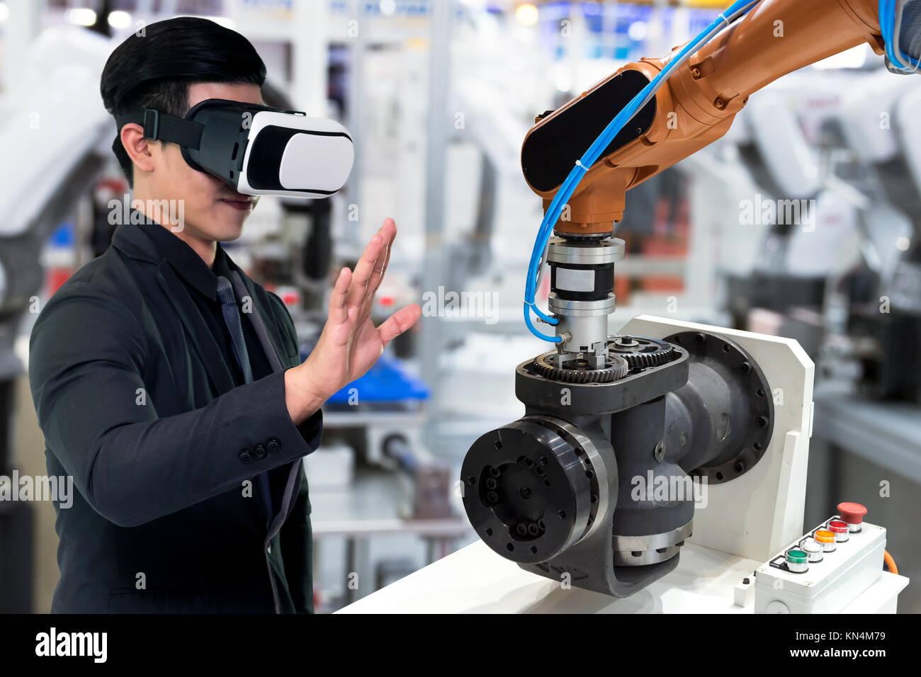 La technologie de la réalité virtuelle dans l industrie 4.0. Costume homme  d affaires portant des lunettes pour voir VR AR , service de surveillance  ... c5256715be73