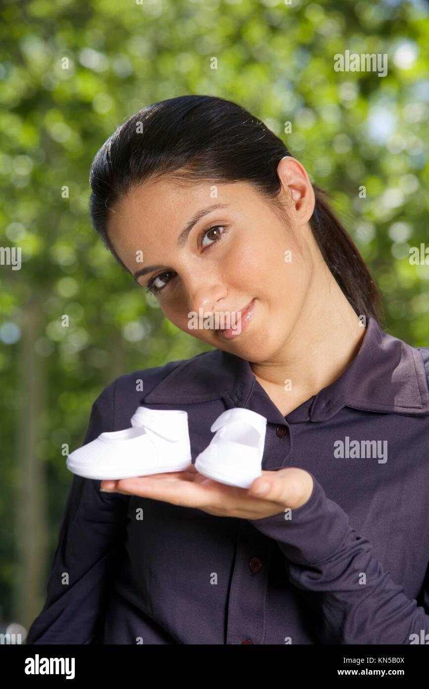Femme avec booties sur sa main sur vert naturel. Photo Stock