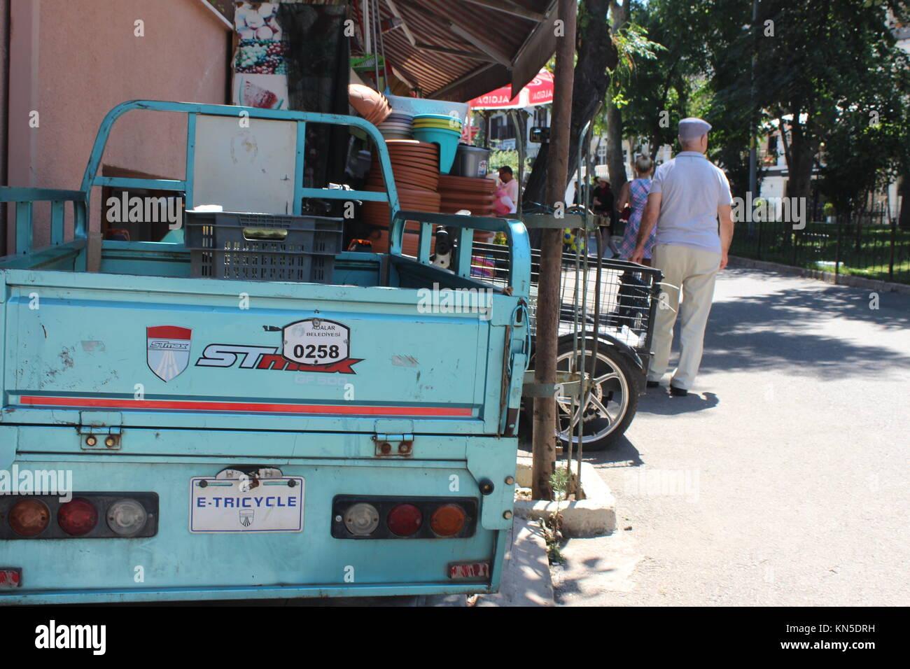 Pick up voiture de style de vie simple lumière bleue journée ensoleillée turquie base simple coloré Photo Stock