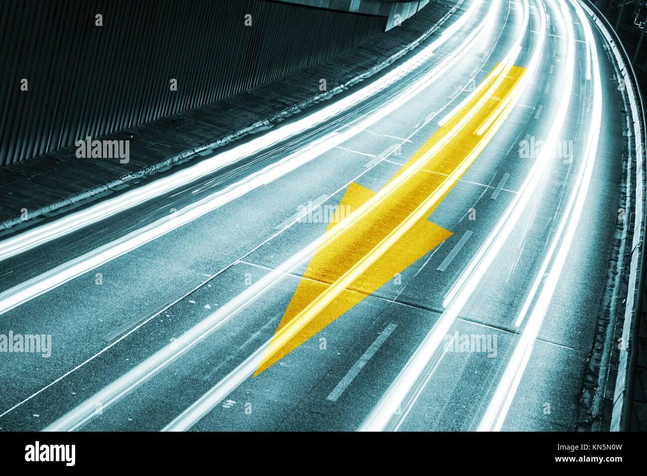 Flèche sur l'autoroute de nuit. Photo Stock