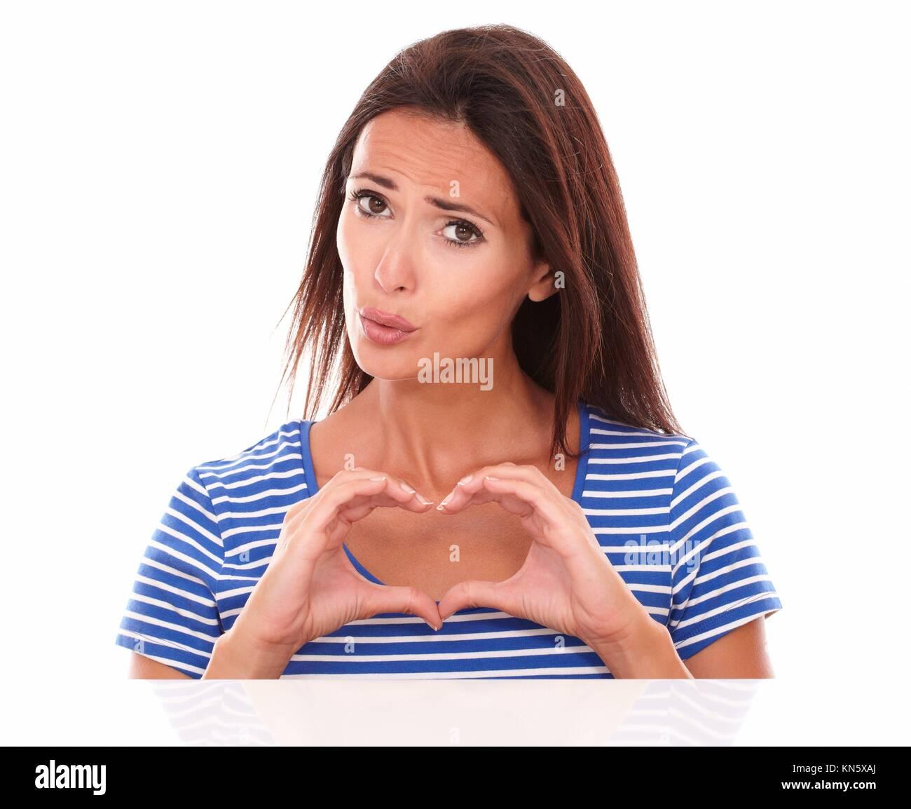 Dame malheureuse désignant un signe du cœur se sentir désolé en regardant vue avant de l'appareil Photo Stock