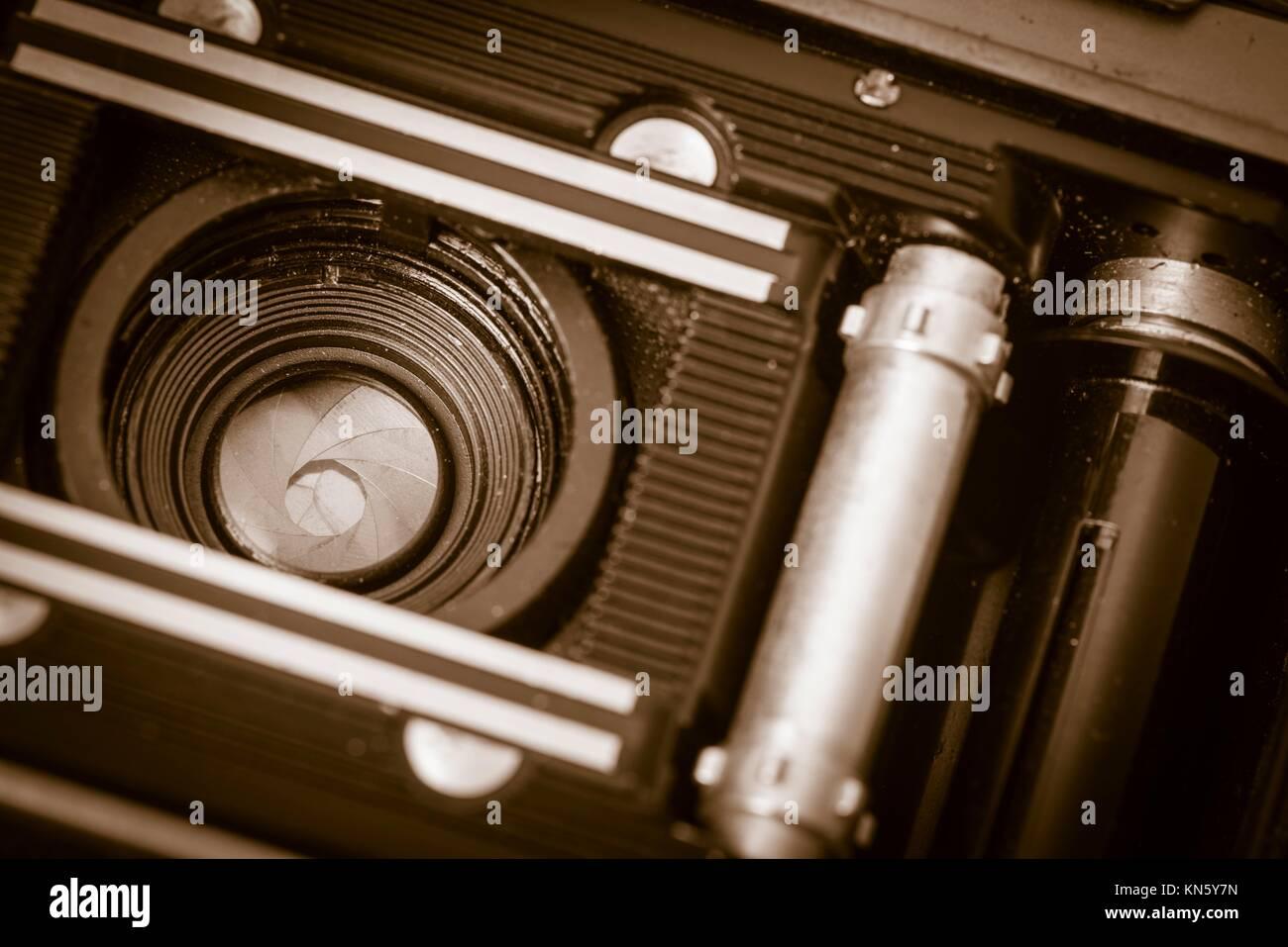 Vue de l'intérieur du vieux rétro caméra film 35 mm avec l'arrière couvercle ouvert, la lentille est montrant. Nostalgie Banque D'Images