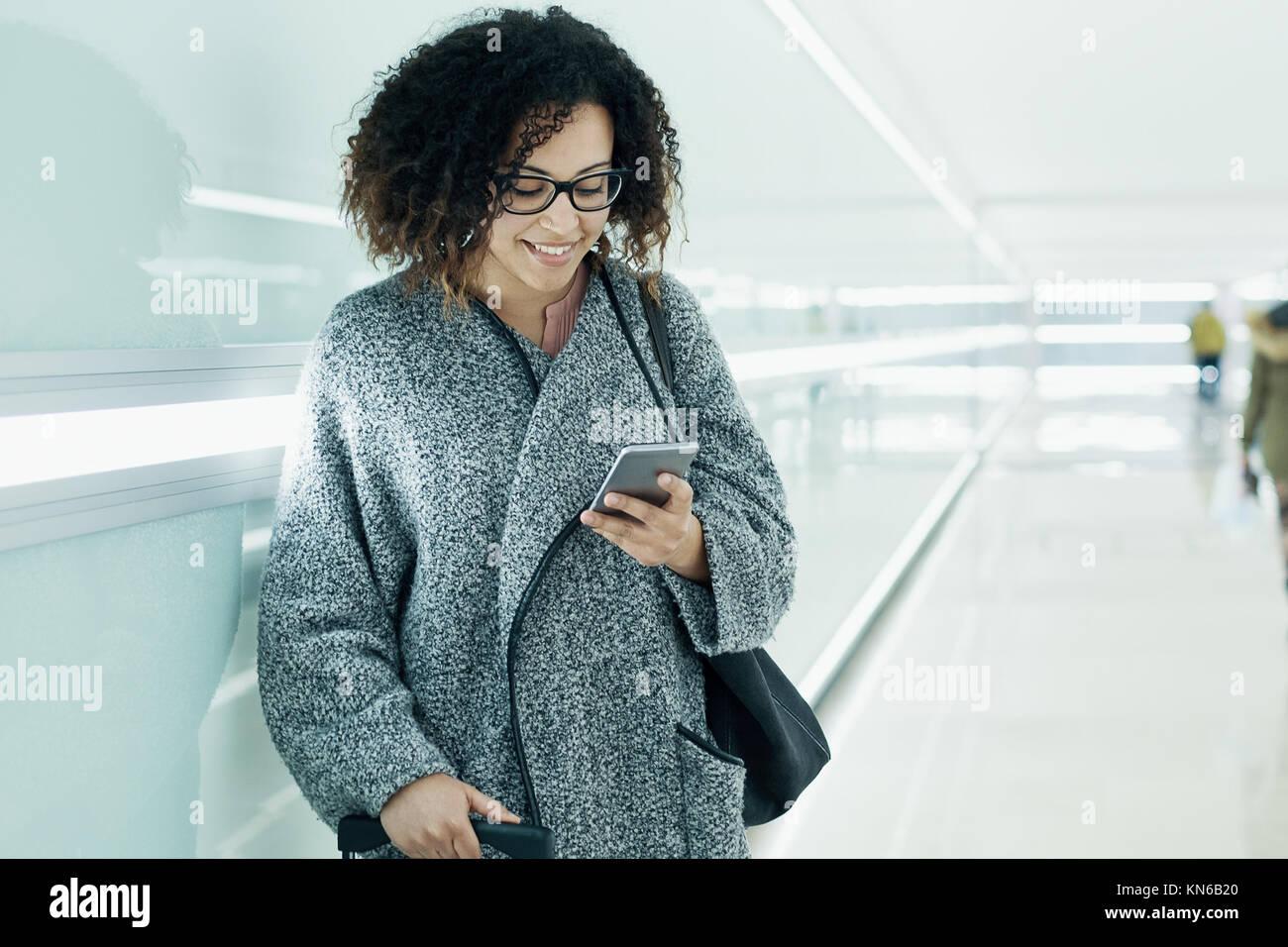 Afro American girl texting et à l'aide d'un smartphone Photo Stock