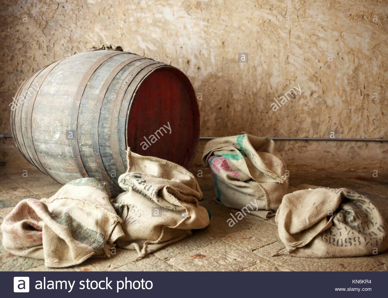 Vieux baril avec des sacs de toile, ambiance antique. Photo Stock