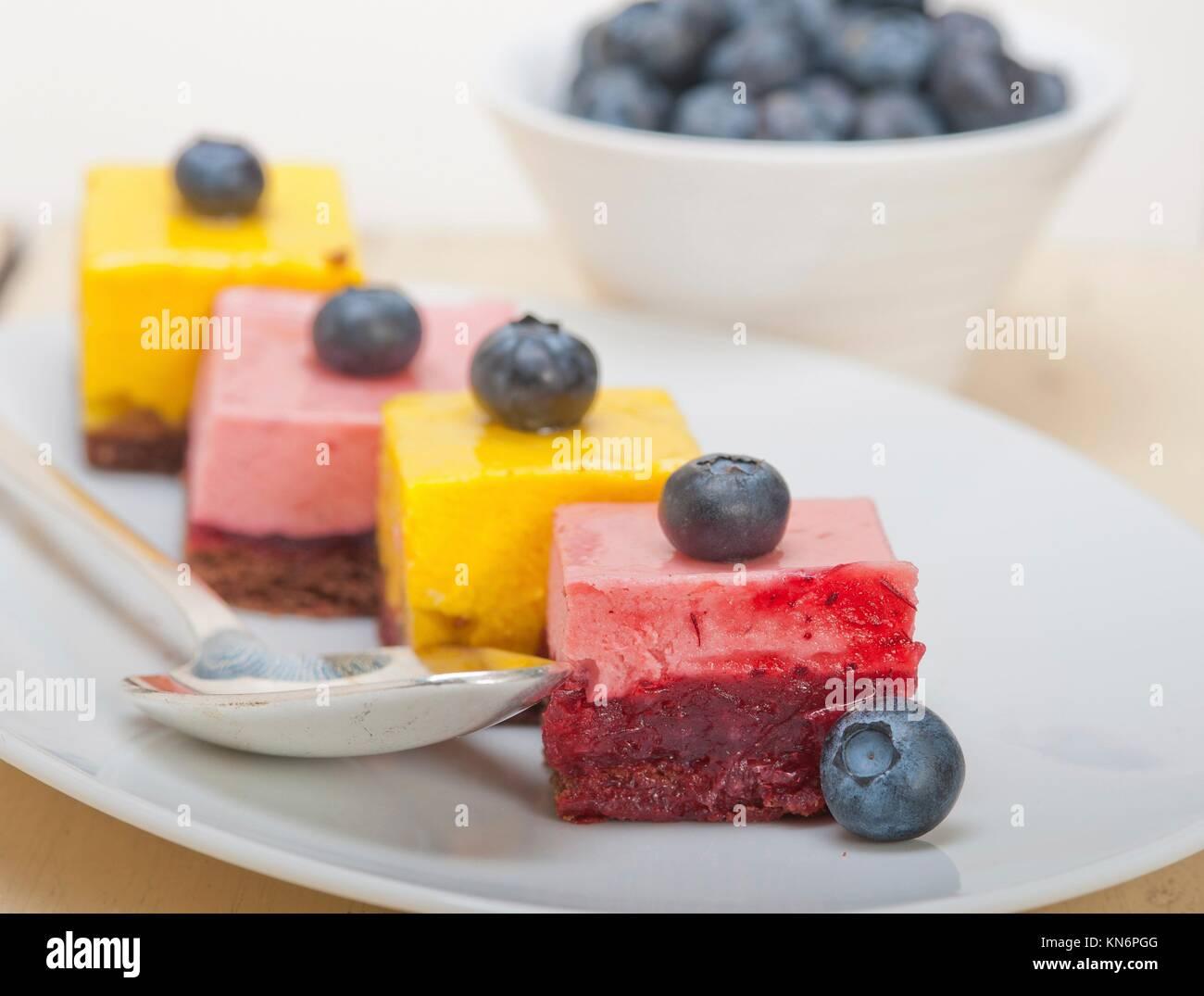 Des fraises fraîches et mousse à la mangue dessert gâteau avec blueberry. Photo Stock
