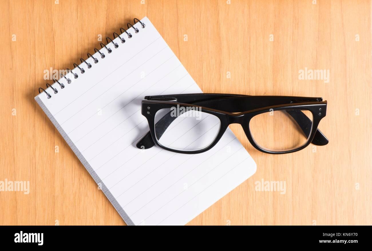 Lunettes Noires Et Bloc Notes Sur Le Bureau En Bois Table Concept