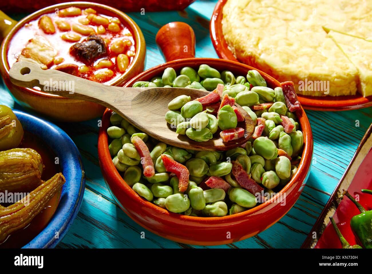 Les haricots de lima à tapas avec jambon ibérique de l'Espagne sur le bois. Photo Stock