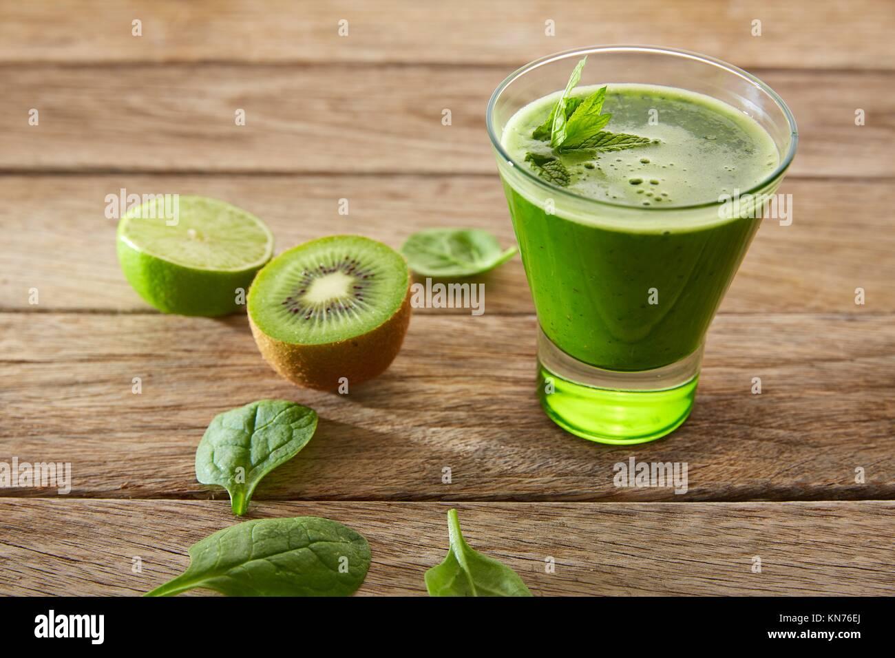 Detox jus vert nettoyage ethnique recette avec des épinards concombre citron kiwi aussi. Photo Stock