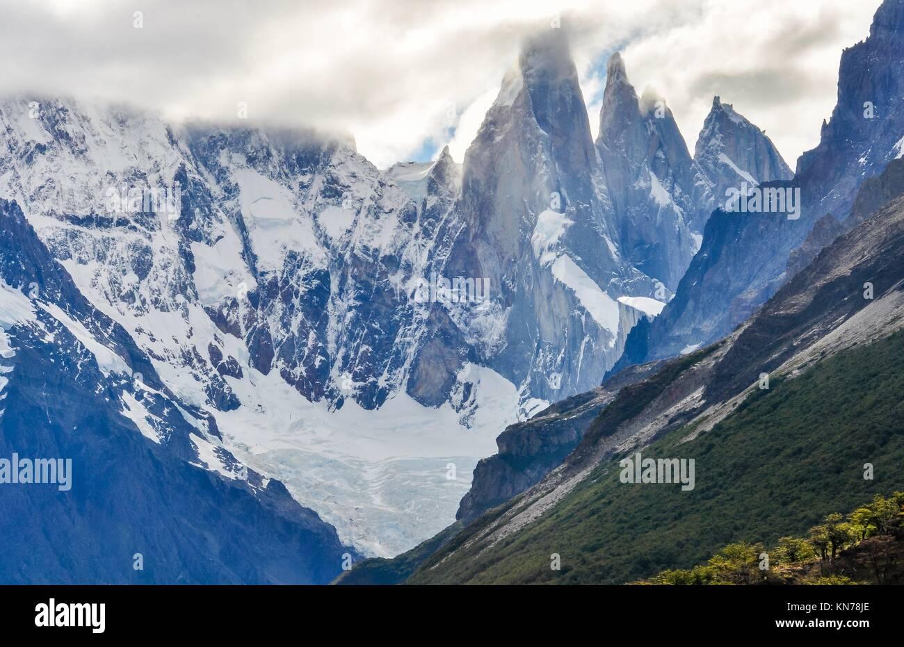 La vue sur les sommets du Cerro Torre, à pied, El Chalten, Patagonie, Argentine. Banque D'Images