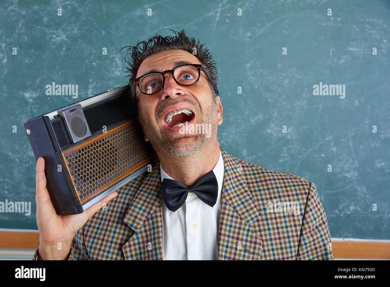 Silly Nerd retro homme enseignant à bretelles et radio vintage et fou d  expression. 10f760be3c2d
