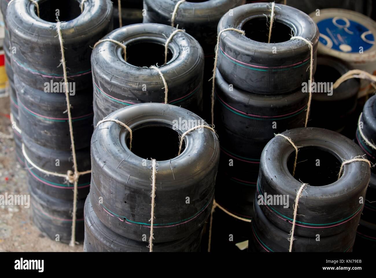 Des tonnes de nouvelles roues pneus karts décompacté. Photo Stock