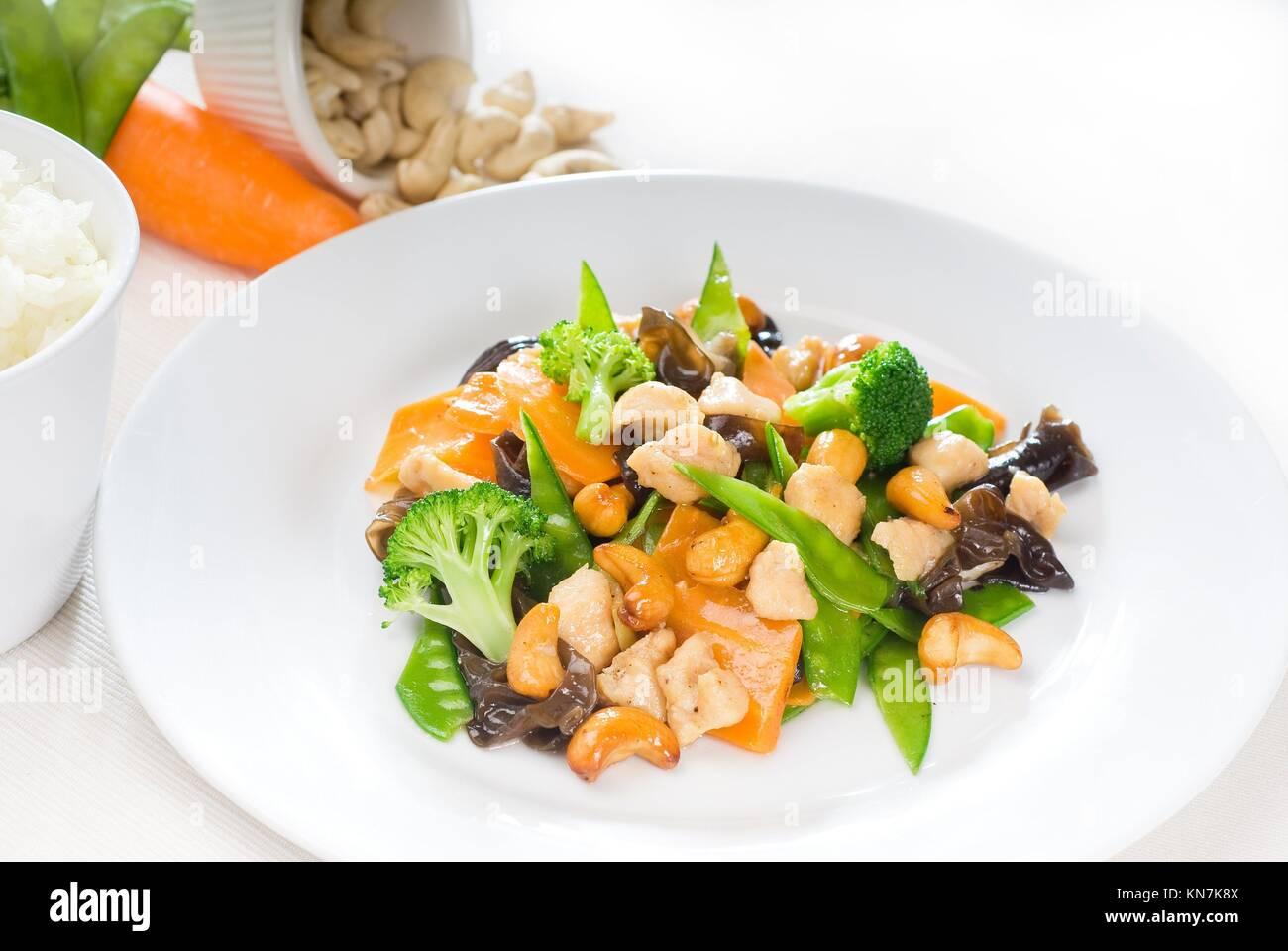 Le poulet frais et légumes sautés, aux noix de cajou,plat typiquement chinois. Photo Stock