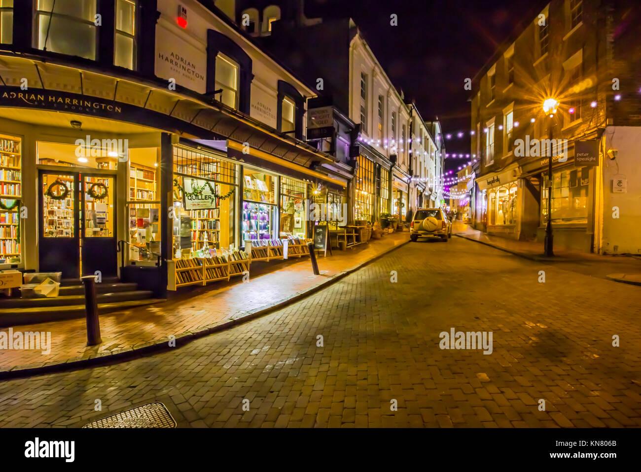 Lieu Chapelle Royal Tunbridge Wells commerçante piétonne pittoresque avec de petites boutiques indépendantes second hand book shop avec des lumières de Noël Banque D'Images