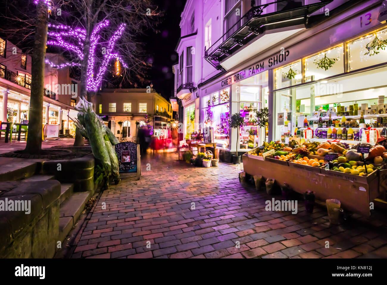 Royal Tunbridge Wells Les Pantiles Crépuscule soir sombre avec des feux et lumières de Noël boutique Photo Stock