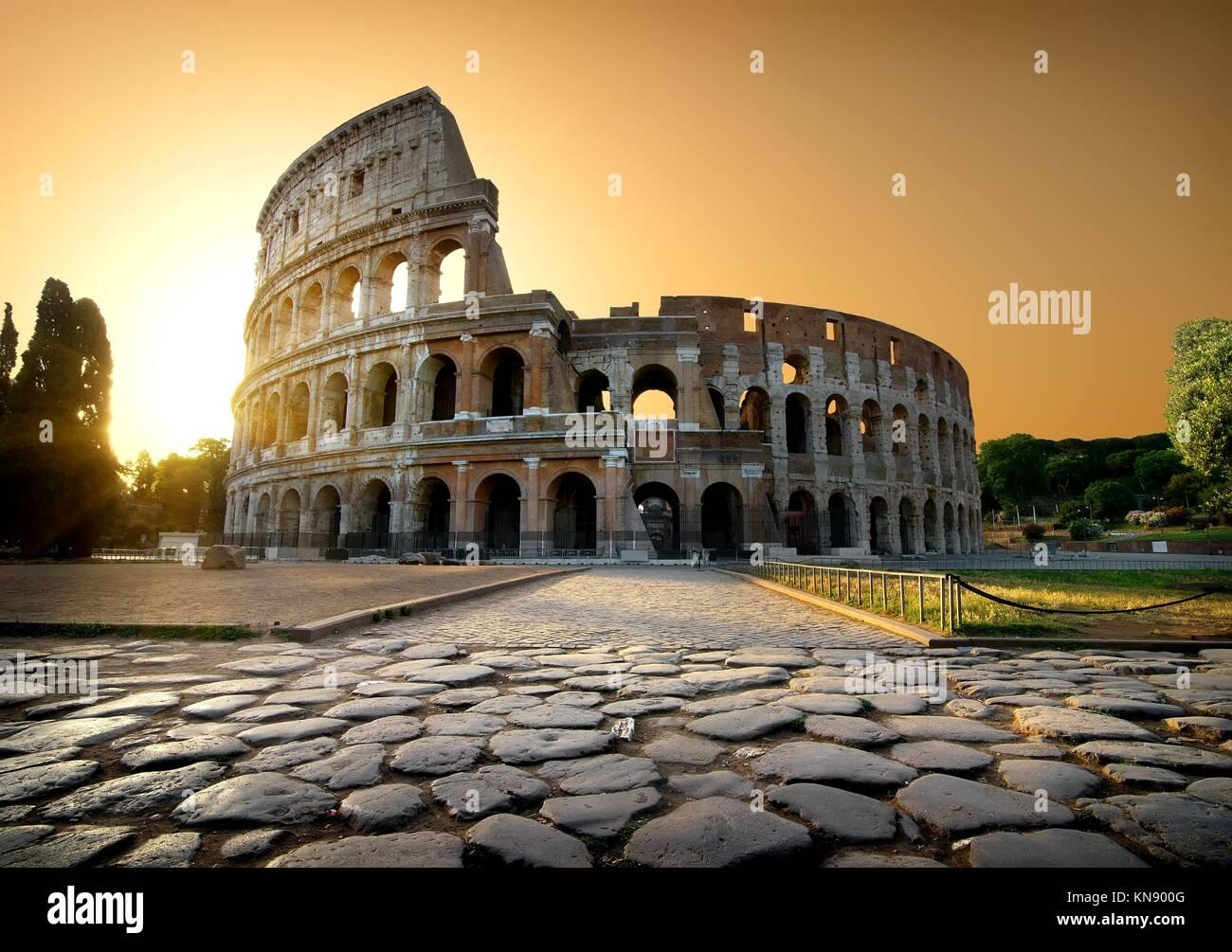 Le Colosseum et le ciel jaune à Rome, Italie. Photo Stock