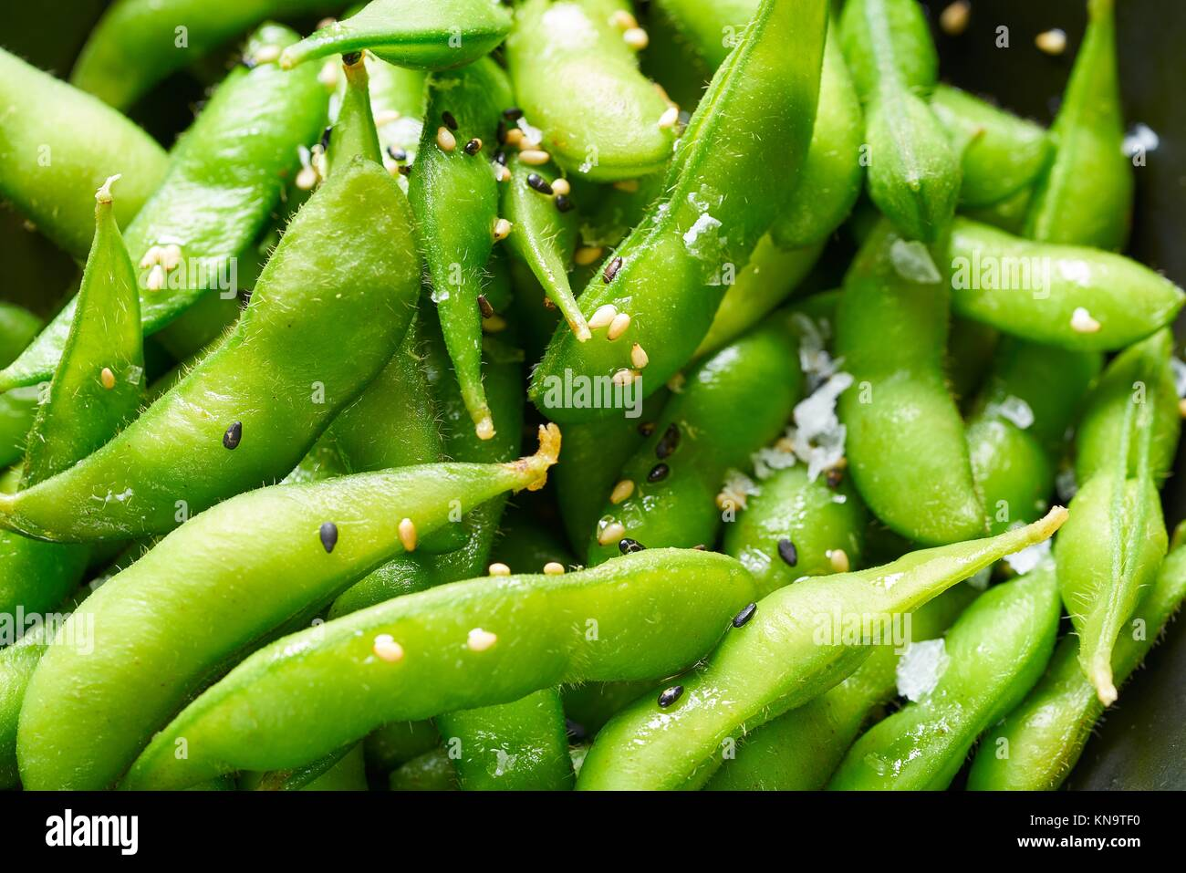 Frais d'edamame soja close-up texture macro soja immatures dans la gousse. Photo Stock
