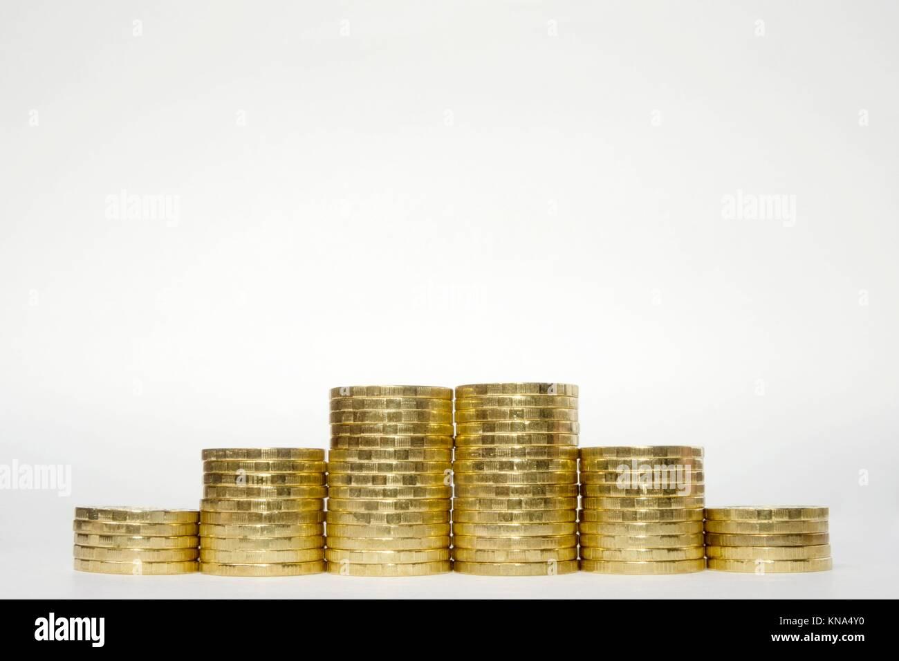 Six piles de pièces en euros l'augmentation de la hauteur de façon symétrique sur un fond blanc Photo Stock