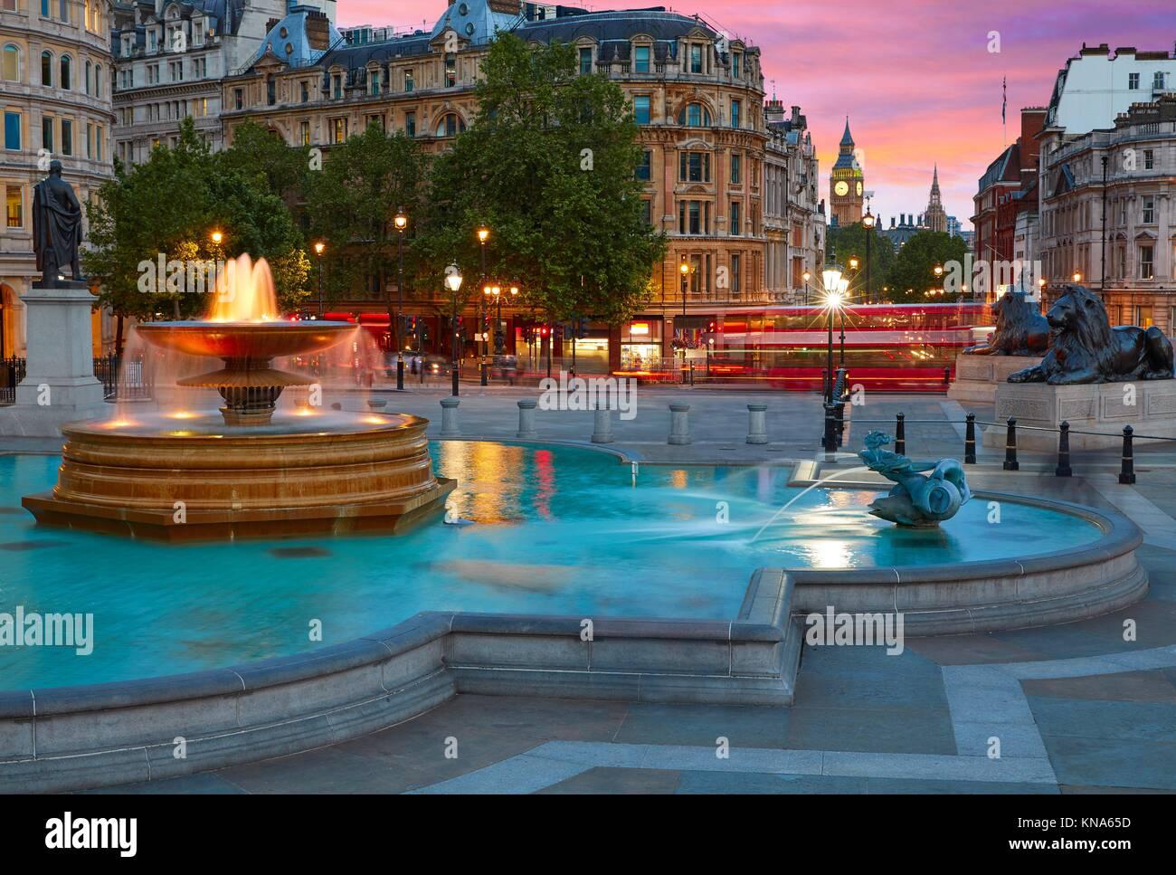 Trafalgar Square Londres fontaine au coucher du soleil en Angleterre. Banque D'Images