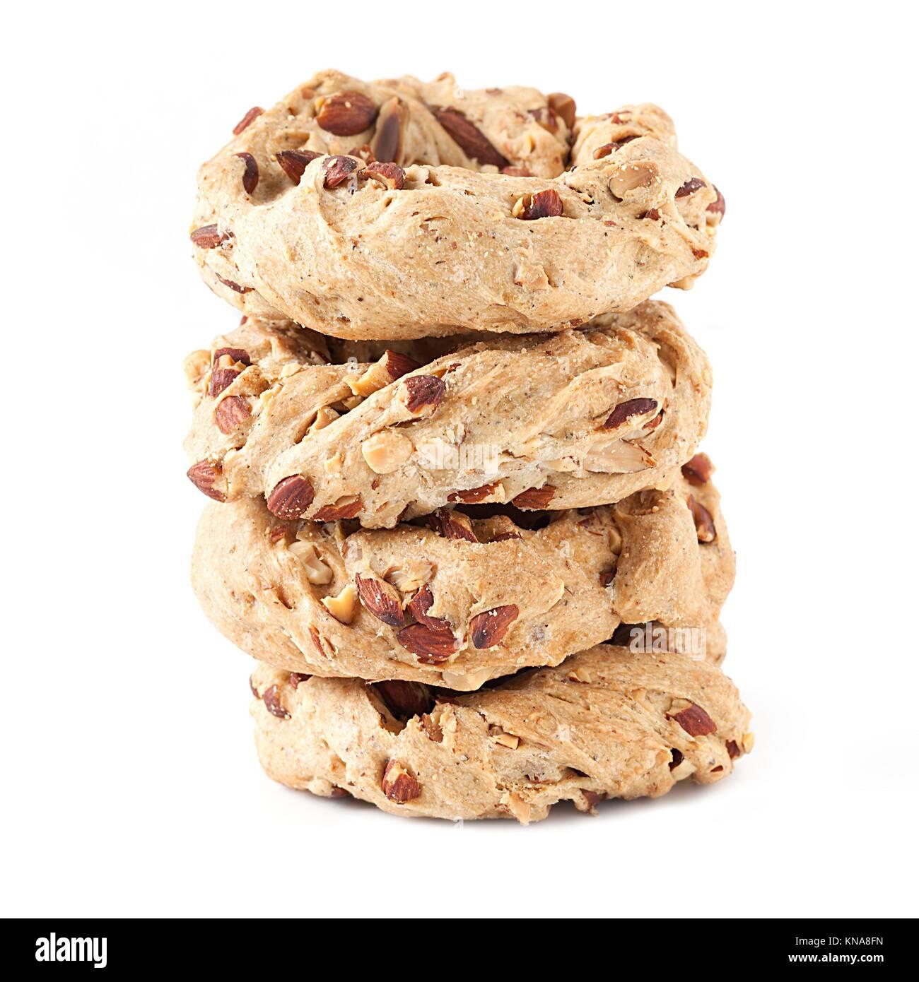 Pile de cookies napolitain appelé taralli, isolé sur fond blanc. Taralli sont typiques des bagels réalisés à Naples avec le saindoux, les amandes, la farine et Banque D'Images