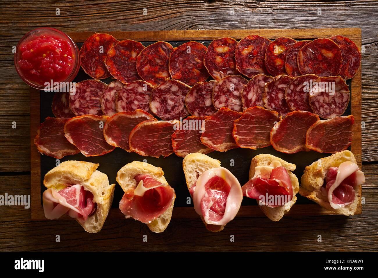 Les saucisses et le jambon ibérique Tapas conseil d'Espagne. Photo Stock