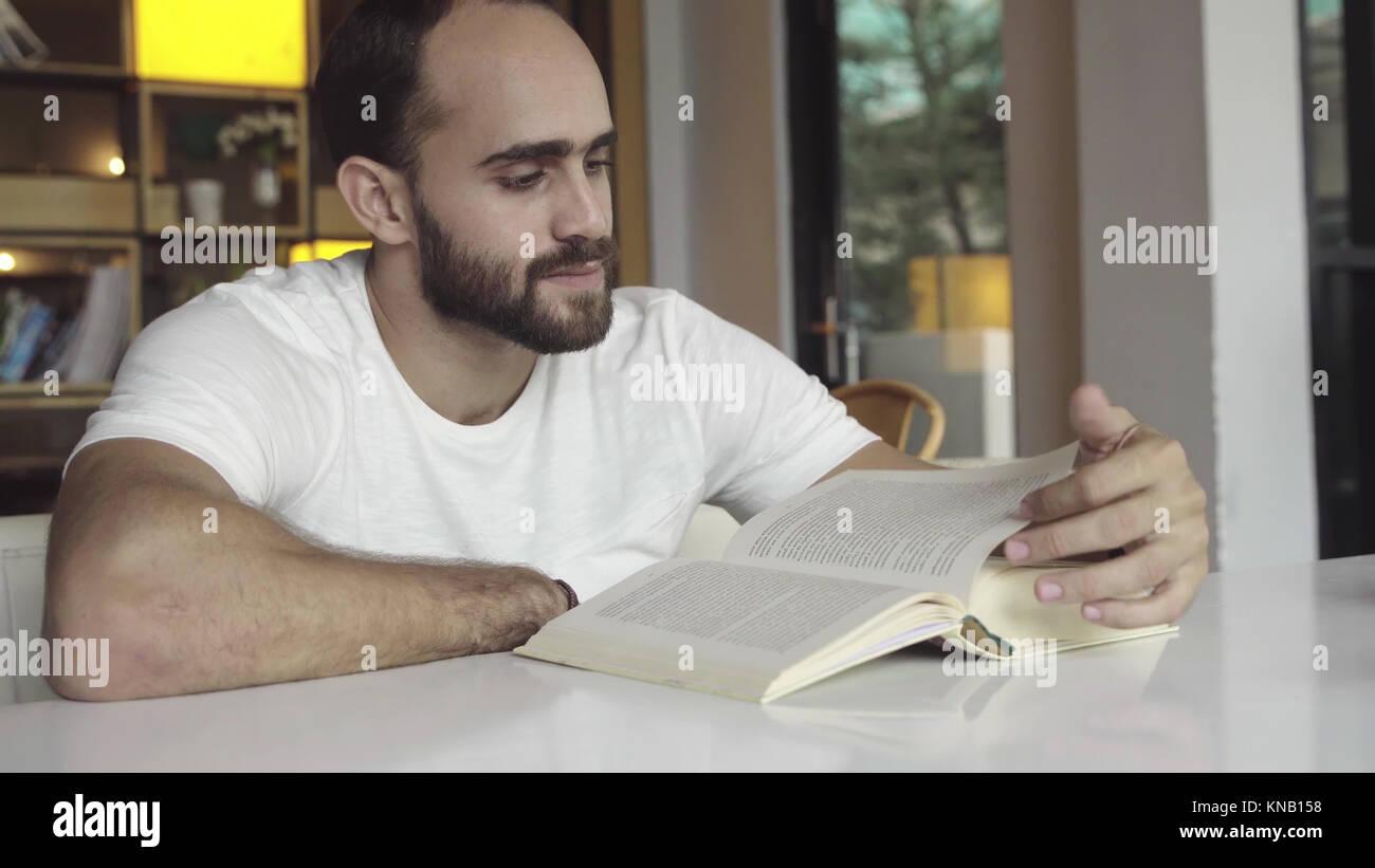 Man reading livre intéressant Photo Stock