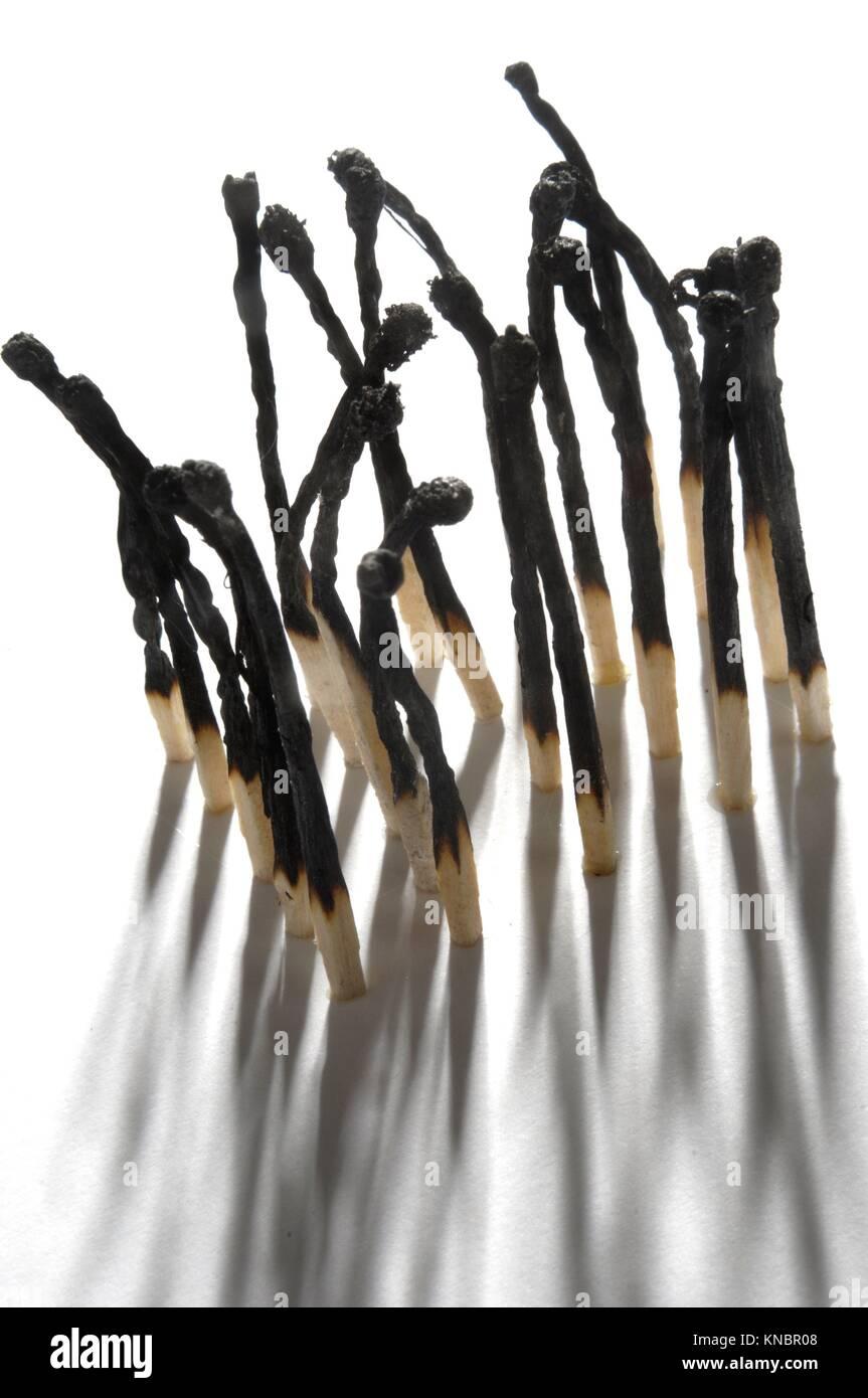 Une représentation artistique de la crémation, sculptée à l'aide d'allumettes brûlées. Banque D'Images