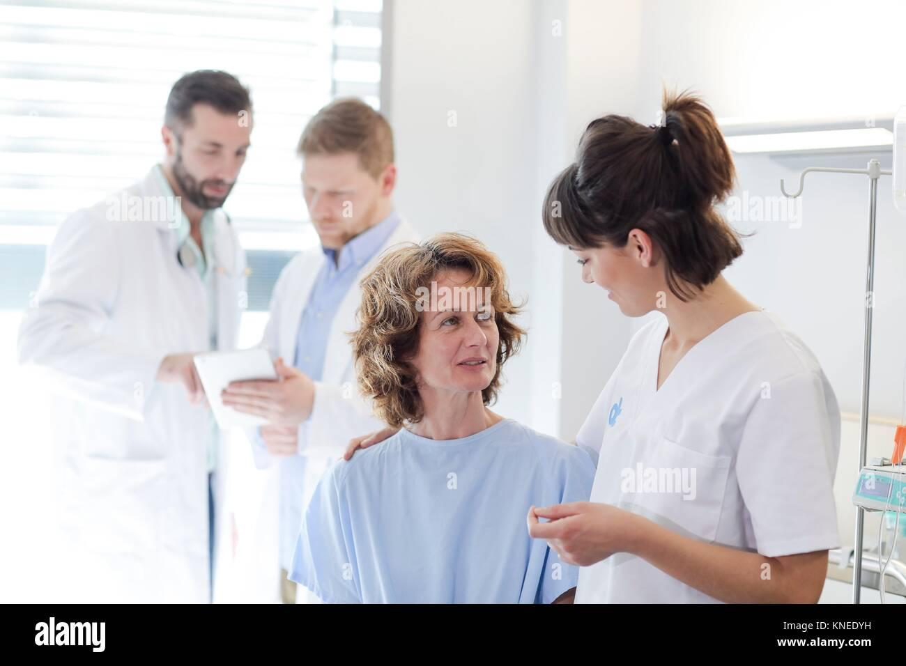 Dans la chambre d'hôpital du patient suivi par un médecin, l'hôpital Photo Stock