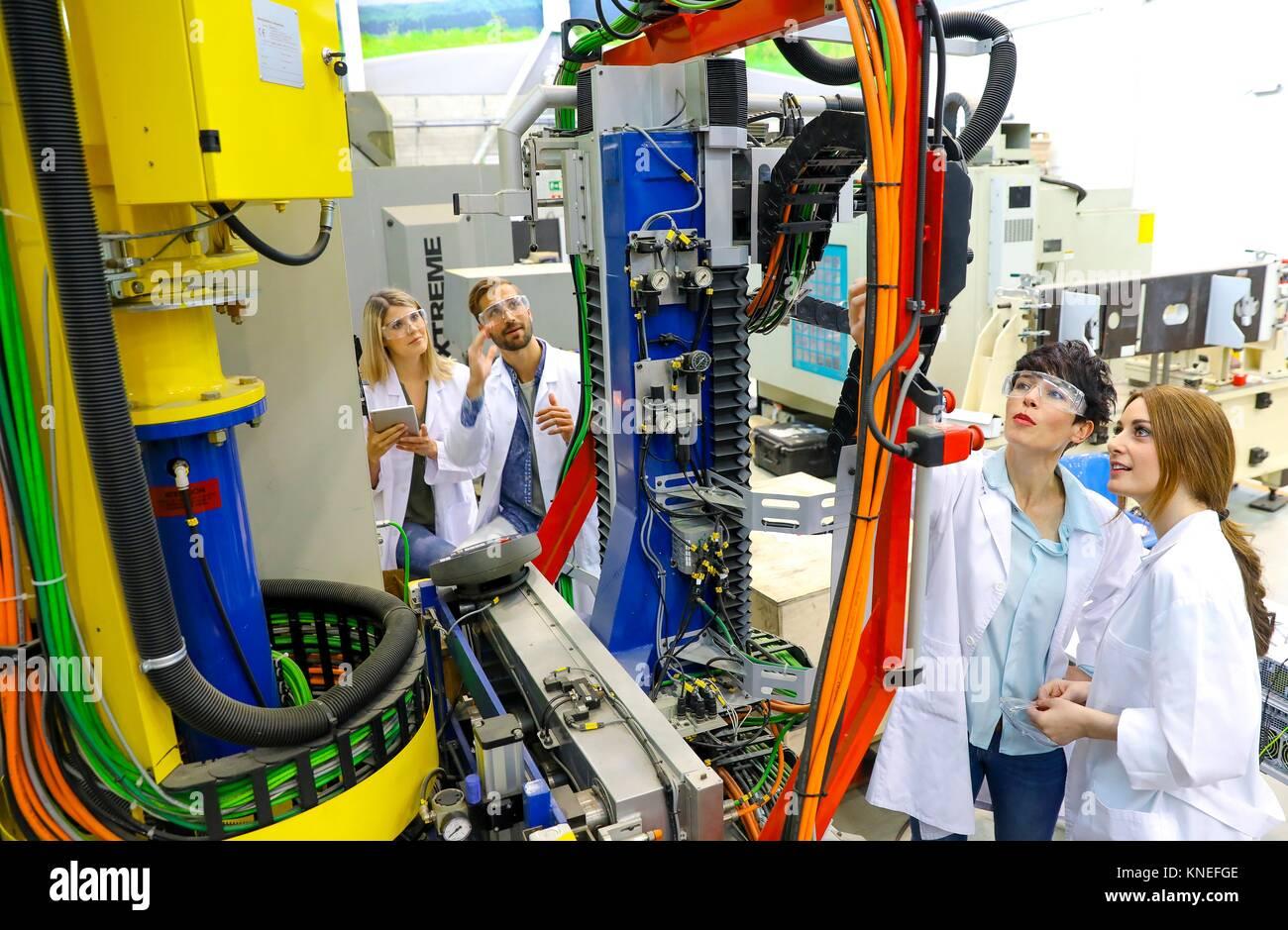 La plate-forme mobile robotique aéronautique pour le perçage. Les chercheurs travaillant sur les portables Photo Stock