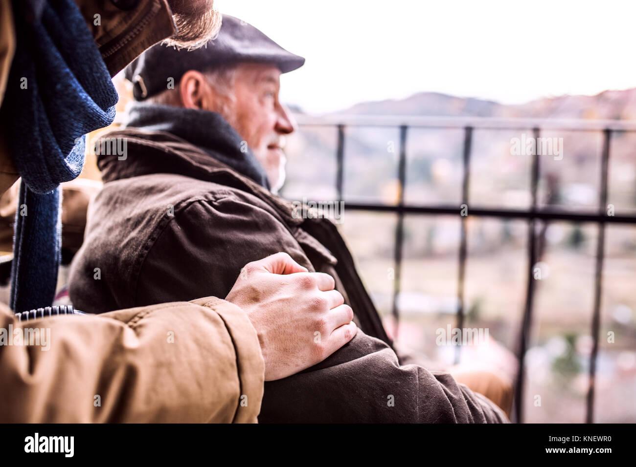 Le père supérieur en fauteuil roulant et jeune fils lors d'une promenade. Photo Stock