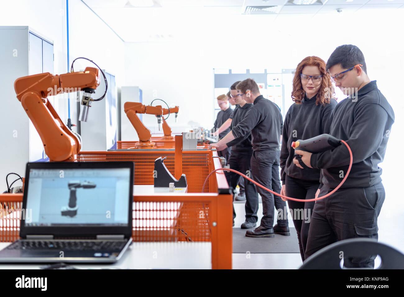 À l'aide d'apprentis Robotique Robots industriels dans le domaine de la robotique de test facility Photo Stock