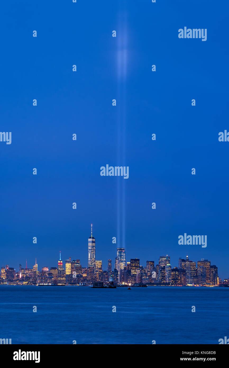 New York City skyline avec gratte-ciel et les deux rayons de l'hommage rendu à la lumière. Lower Manhattan, Photo Stock