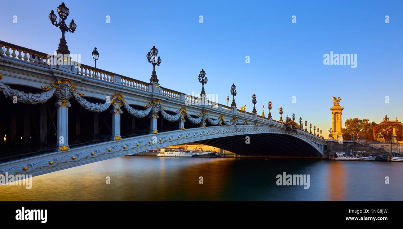 Pont Alexandre III pont et Seine au coucher du soleil (vue panoramique). 8ème arrondissement, Paris, France Photo Stock