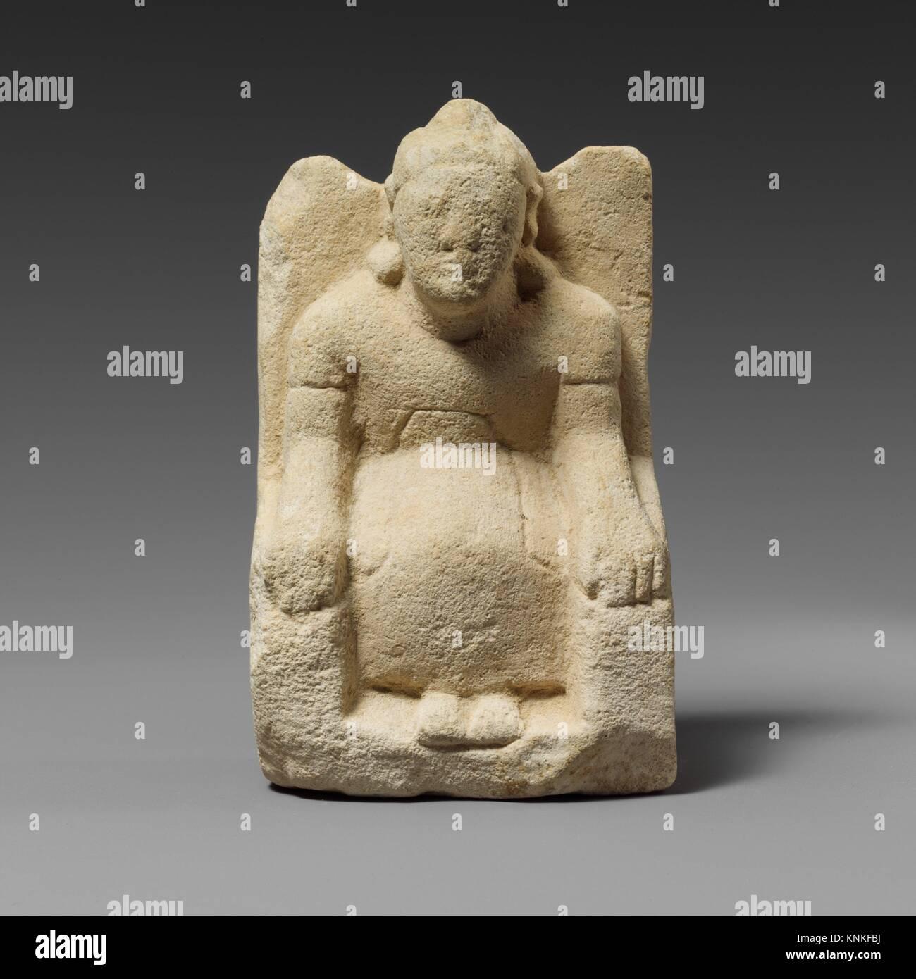 Statuette en pierre calcaire d'un homme imberbe votary assis avec un casque. Période: archaïque; Date: première moitié du 6ème siècle avant J.C; culture; chypriote: Banque D'Images
