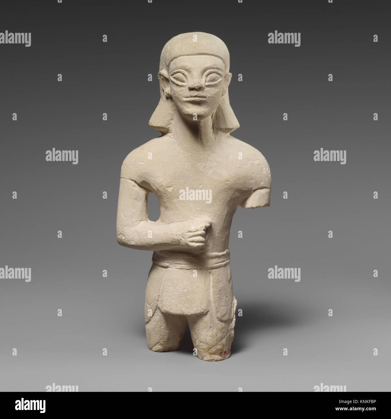 Statuette en pierre calcaire d'un homme imberbe votary dans Egyptianizing robe. Période: archaïque; Date: première moitié ou au milieu du 6ème siècle avant J.C, Culture: Banque D'Images