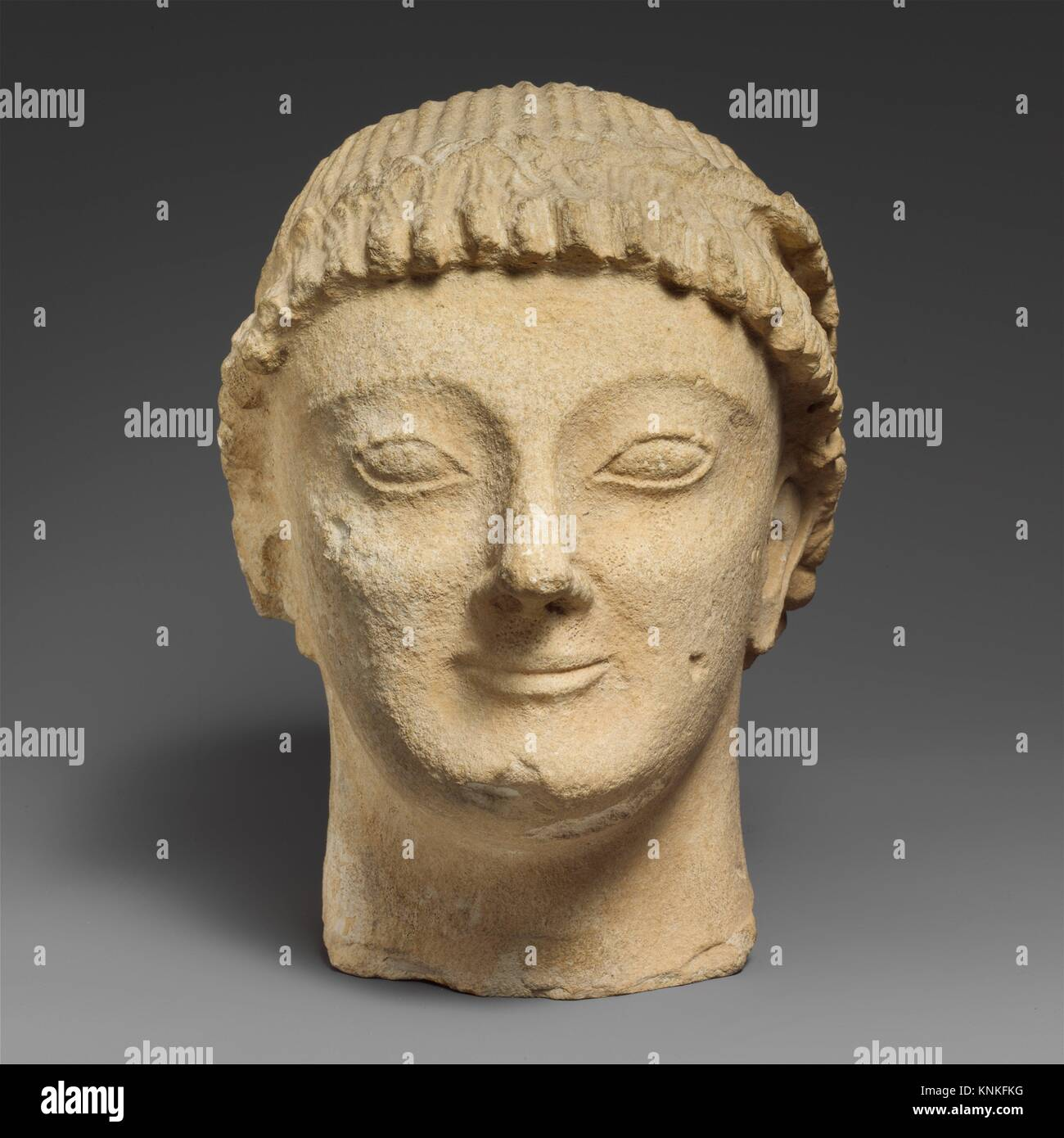 Tête en pierre calcaire d'un homme imberbe votary avec une couronne de rosettes. Période: archaïque; Date: dernier quart du 6e siècle avant J.C; culture; chypriote: Banque D'Images
