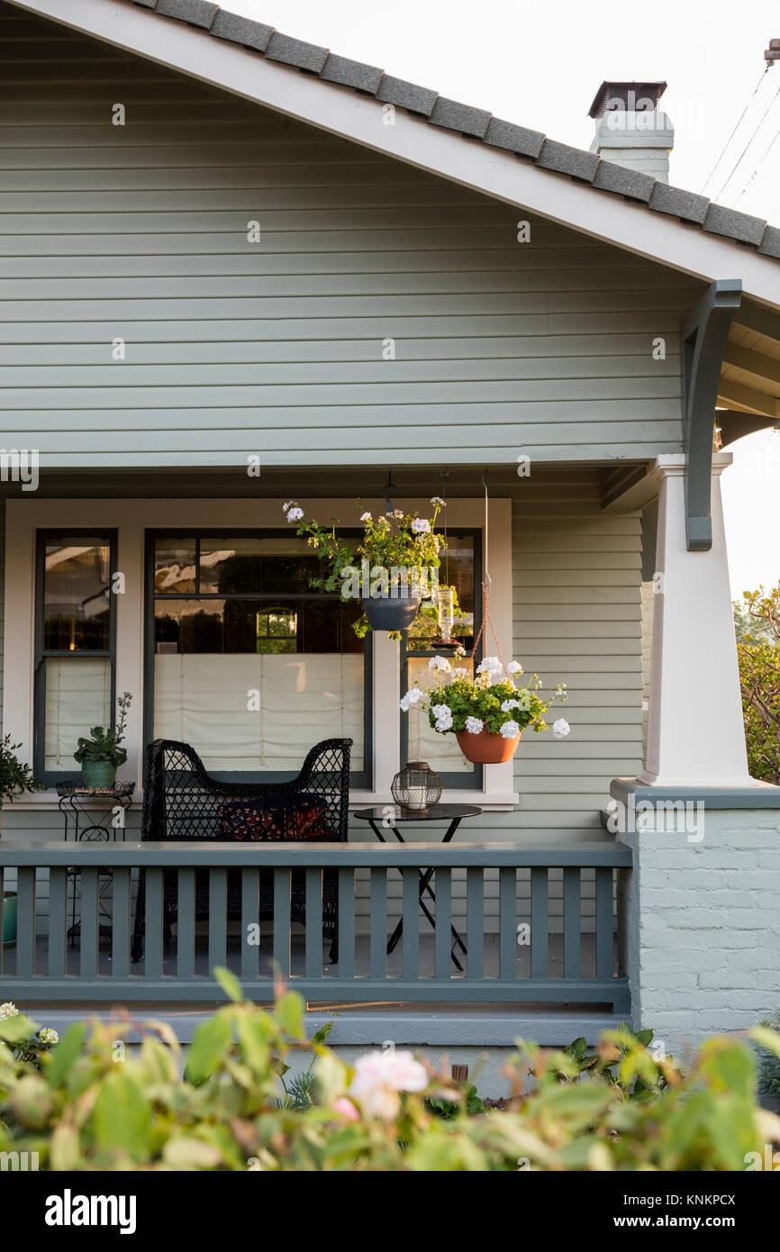 Le Porche D Une Maison une vignette détail de deux plantes en pot suspendu sous le porche d