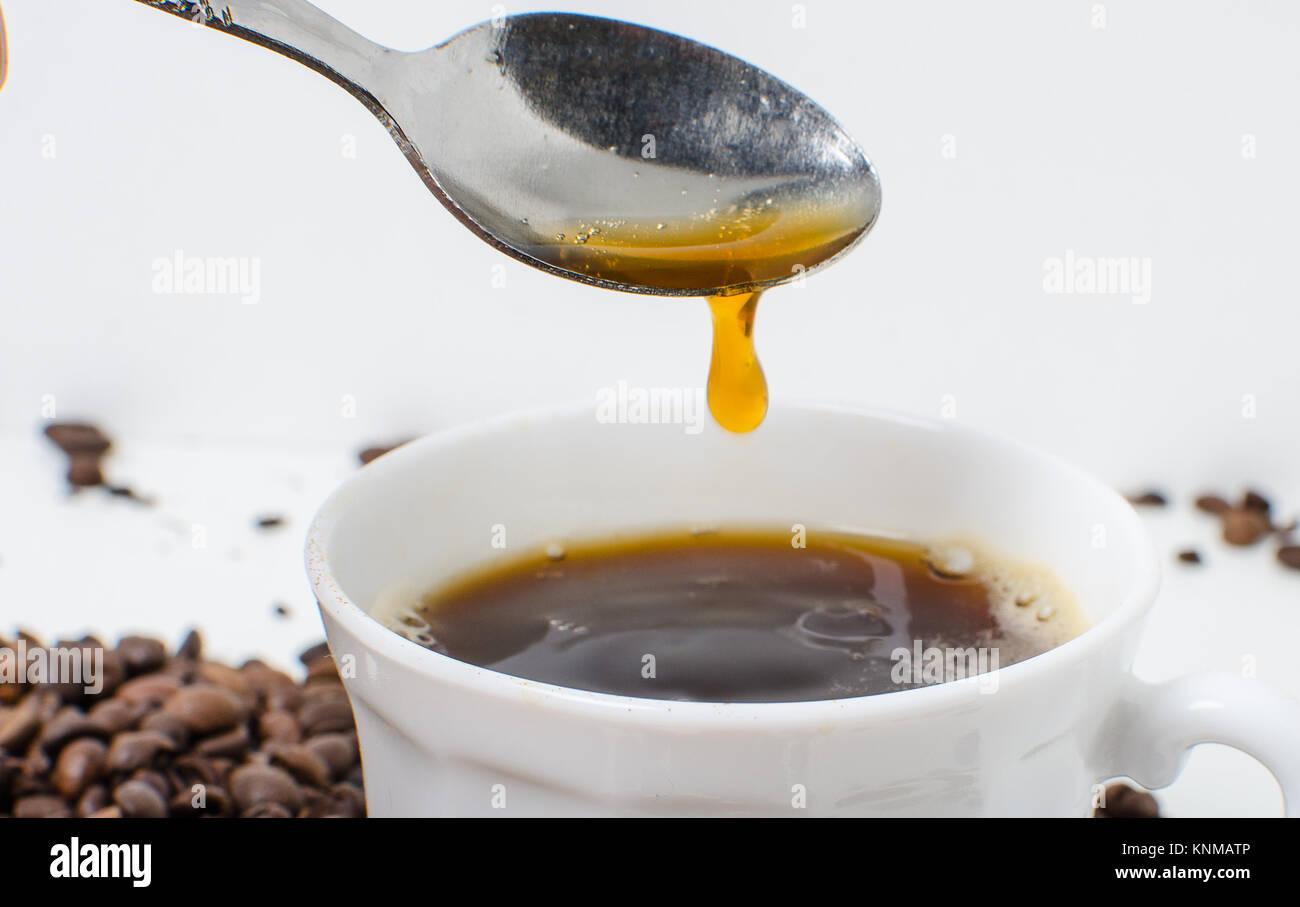 Une tasse de café chaud pour les ascenseurs et de chaleur. Photo Stock
