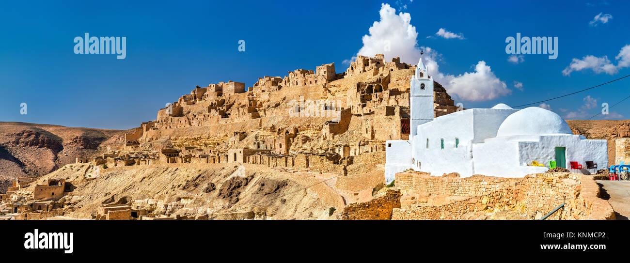 Panorama de Chenini, village berbère fortifié dans le sud de la Tunisie Photo Stock