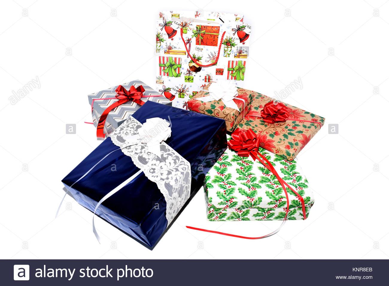 Cadeaux de Noël sur le thème de vacances enveloppé dans du papier d'emballage Photo Stock